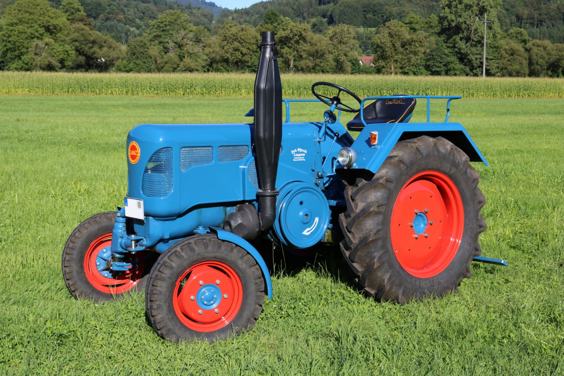 Oldtimer Traktor Ab 1939 verlangsamte sich die Entwicklung im deutschen Traktorenbau da der Großteil der Ressourcen in die Produktion von Kriegsgütern verlagert wurde Hinzu kam noch 1942 das Verbot zum Bau von Schleppermotoren mit flüssigen Brennstoffen so dass auf feste Brennstoffe wie beispielsweise Holz ausgewichen werden musste